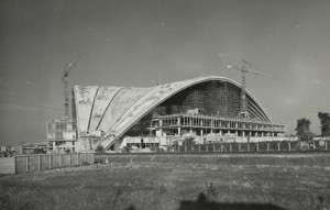 Photos de la construction du Cnit a La Defense en 1958.